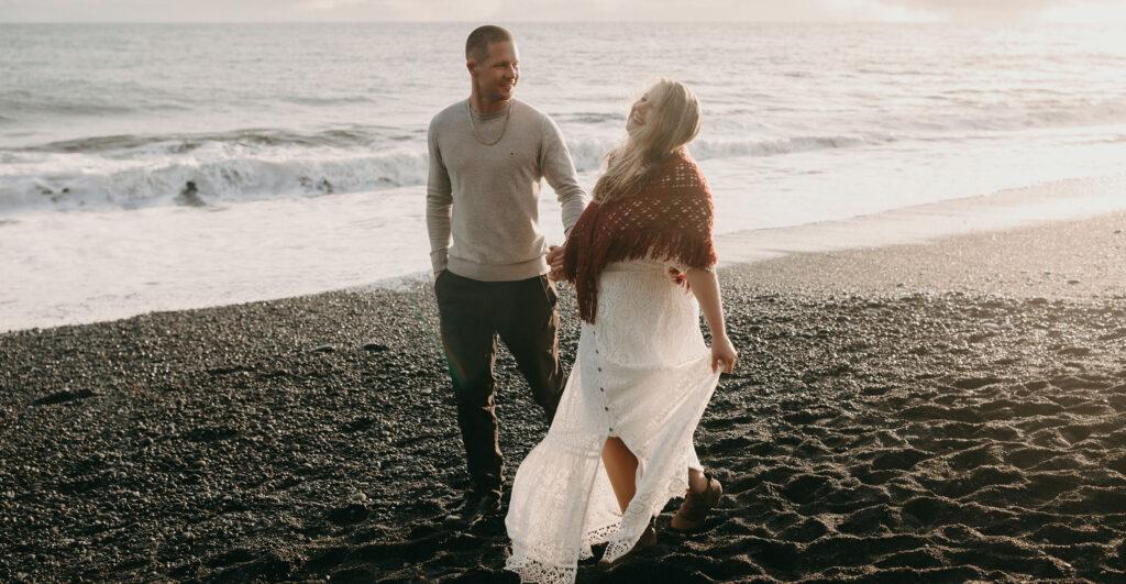 Bild von Jenny und Adrian am Black Beach in Island