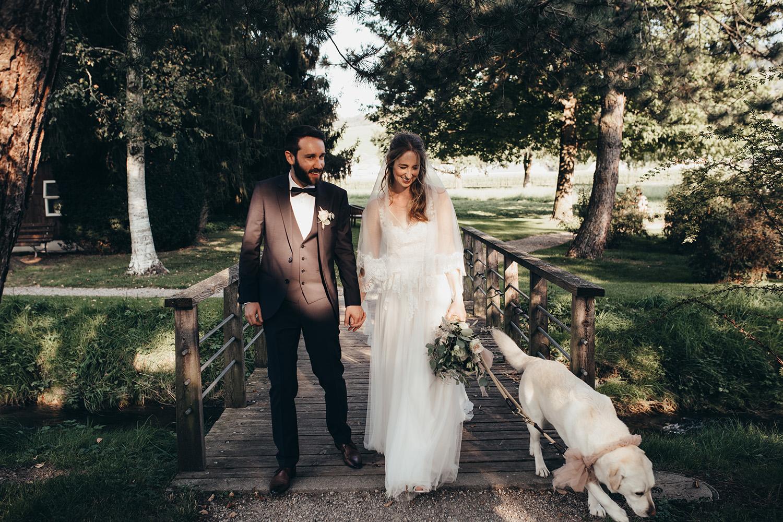 Brautpaar am Spazieren