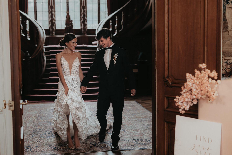 Brautpaar betritt den Saal