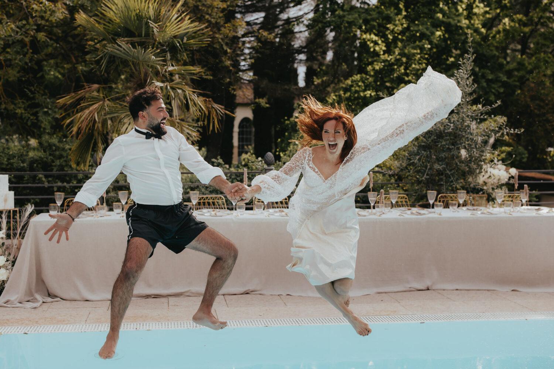 Paar stürzt in den Pool